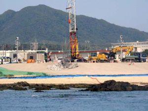 沖縄防衛局は新たに「N3」護岸の建設に着手したと発表。辺野古崎突端付近では、石材が次々と砂浜に投下された=9日午前10時3分、名護市の辺野古崎