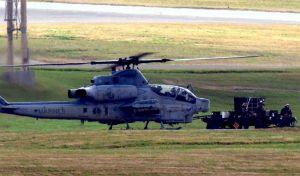 普天間飛行場所属のAH1Z攻撃ヘリから使用していない実弾を降ろす米兵。実弾射撃訓練の後とみられる=11日午後3時すぎ、嘉手納基地(読者提供)