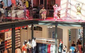 琉球舞踊の披露など沖縄をPRしたユニクロの店内=パリ市内