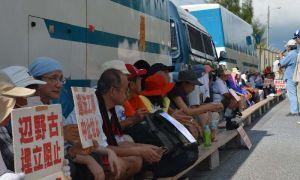 座り込んで抗議する市民たち=名護市辺野古