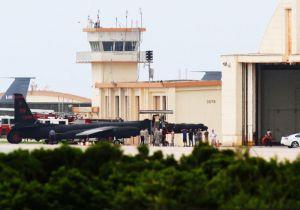 嘉手納基地に飛来し、旧海軍駐機場に止められたU2偵察機。今回の飛来で4機目となる=1日午後5時19分、嘉手納基地(読者提供)