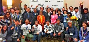 アジア太平洋系アメリカ人労働組合(APALA)総会での沖縄決議の採択を喜ぶオール沖縄会議訪米団メンバーとAPALA幹部ら=19日、米カリフォルニア州アナハイム市띱띱