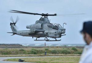 整備を終え離陸する米軍AH1Z攻撃ヘリコプター=午前10時54分、渡名喜村営ヘリポート