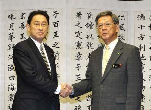 会談を前に握手を交わす翁長雄志知事(右)と岸田文雄外務大臣=26日午前、沖縄県庁