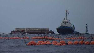 臨時制限区域に入るコンクリートブロックを積んだ台船=5日午前8時37分、名護市・大浦湾