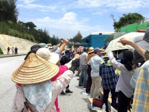 抗議の声を上げる市民ら=3日、名護市・キャンプ・シュワブ