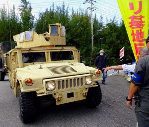 ナンバープレートの付いていない米軍車両=15日午後、名護市辺野古の米軍キャンプ・シュワブゲート前(読者提供)