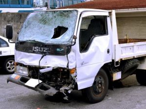 事故で前部分が損傷した、米兵運転の米軍トラック=19日、那覇署