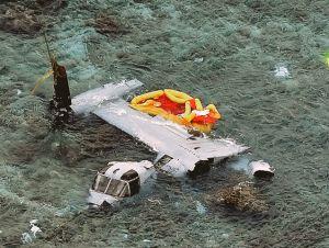 名護市安部の海岸に墜落し大破したオスプレイ=2016年12月14日午後3時24分(本社チャーターヘリから)
