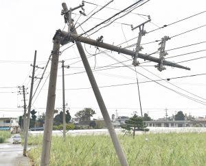 くの字に折れた電柱。電線の被害が島のあちらこちらで見られた=4日午後、久米島町嘉