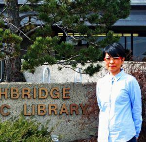 上映会の主催者、和美・マースィエンセンさん=カナダ・レスブリッジ市公共図書館前띱