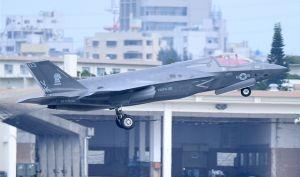 爆音を響かせ離陸する最新鋭ステルス戦闘機F35B=6月26日午後4時47分、米軍嘉手納基地(下地広也撮影)