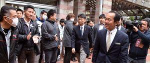 初登庁で市職員らの出迎えを受ける渡具知武豊市長(右)=8日、名護市役所