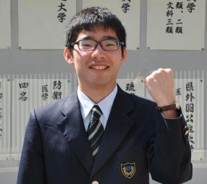 東京大学理科3類に現役合格した新垣辰昂さん=27日、浦添市・昭和薬科大学付属高校