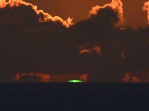 夕日が水平線に沈む瞬間に確認されたグリーンフラッシュ=6月27日午後7時35分、石垣市新川の丘から(北島清隆さん撮影)