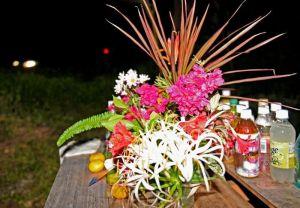 遺体が遺棄された現場付近に手向けられた花や水=10月28日、恩納村