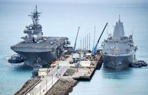 米軍ホワイトビーチに寄港した米海軍の強襲揚陸艦ワスプ(左)と輸送揚陸艦グリーン・ベイ=日午後2時すぎ、うるま市勝連