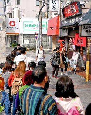 豚骨ラーメン店の前で並ぶ外国人観光客=那覇市牧志の「ラーメン暖暮」(喜屋武綾菜撮影)