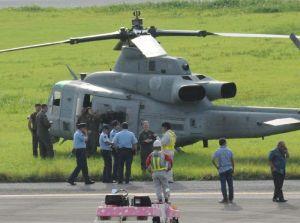 久米島空港に緊急着陸し、県警から話を聞かれるUH1多用途ヘリの乗員=5日(比嘉正明通信員撮影)