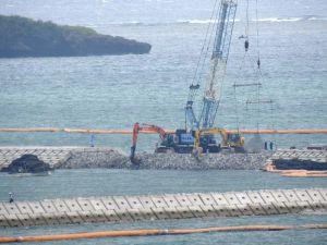 採石投下により接続された「K4」護岸最後の開口部(奥)=8月2日午後2時25分、名護市辺野古・キャンプ・シュワブ沿岸