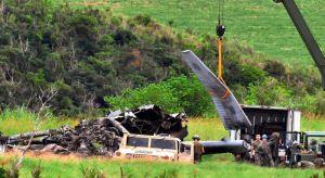 炎上したヘリの機体の一部をクレーンでつり上げ解体作業を進める米軍関係者=17日午後5時12分、東村高江(渡辺奈々撮影)
