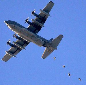 パラシュート降下訓練で、MC130J特殊作戦機から飛び降りる米兵=21日午前7時29分、嘉手納町上空(下地広也撮影)