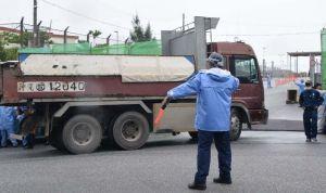 米軍キャンプ・シュワブ内に砕石を搬入するトラック=16日、名護市辺野古