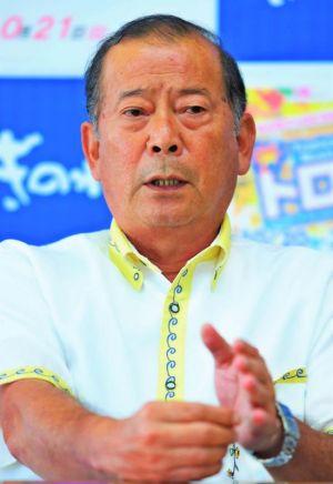 宜野湾市長に初当選し、抱負を語る松川正則氏=1日、宜野湾市役所