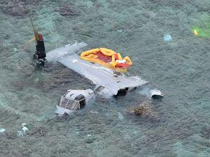 名護市安部の海岸に墜落し大破したオスプレイ=14日午後3時24分(本社チャーターヘリから)