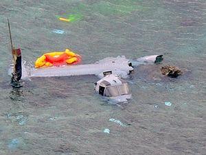 沖縄県名護市の浅瀬で大破したオスプレイ=2016年12月
