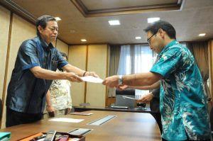 外務省、防衛省の幹部に抗議文を手渡す謝花喜一郎知事公室長=24日午後、県庁
