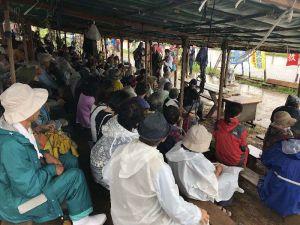 小雨が降る中、新基地建設反対の意思を示すため集まった市民ら=16日午前、名護市辺野古の米軍キャンプ・シュワブゲート前