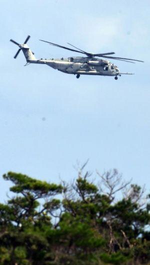 炎上したヘリと同型のCH53Eが飛行訓練を再開し、事故現場付近上空に何度も飛来した=18日午後1時7分、東村高江(喜屋武綾菜撮影)