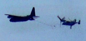 固定翼機(左)から空中給油を受けるオスプレイ=14日午後5時45分ごろ、国頭村安田(宮城秋乃さん提供)