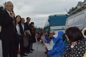 ゲート前での人権侵害状況を報告する籠橋隆明弁護士(左端)ら=2日、名護市辺野古