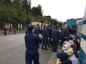 新基地建設に反対する市民らを強制排除する機動隊員=20日、名護市辺野古の米軍キャンプ・シュワブ工事車両用ゲート前