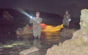 オスプレイ墜落現場付近で捜索にあたる米軍=14日午前2時53分、名護市安部の海岸