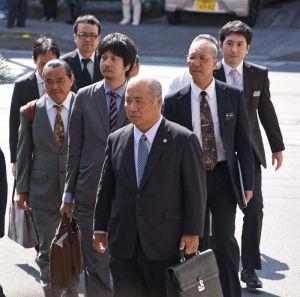 那覇地裁に入る県側代理人弁護士と職員=13日午後2時45分ごろ