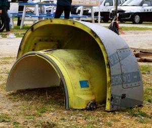 ビーチに漂着した米軍MV22オスプレイの部品=9日、うるま市伊計島の大泊ビーチ