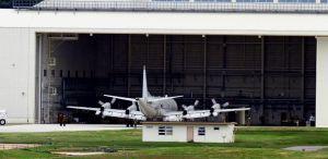 新しい格納庫に入るP3C対潜哨戒機=9日正午ごろ、嘉手納基地(読者提供)