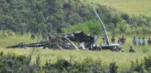 米軍関係者とともに炎上した大型輸送ヘリCH53Eの機体を確認する自衛隊員ら=13日午前11時36分、東村高江(渡辺奈々撮影)