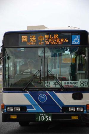 方向幕に「回送中 申し訳ございません」と表示して走る沖縄バス=那覇市内