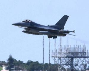 訓練のため嘉手納基地を離陸する米軍のF16戦闘機=8日午前10時3分