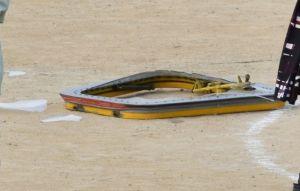 普天間第二小学校のグラウンドに横たわる米軍ヘリからの落下物=13日午前10時54分、宜野湾市新城