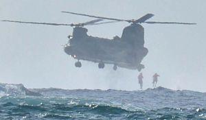 自衛隊と米軍の捜索救助訓練で、航空自衛隊の輸送ヘリから海に飛び込む隊員=7日午前、うるま市浮原島沖(下地広也撮影)