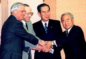1996年12月2日、外務省で日米特別行動委員会(SACO)最終報告などを了承し、握手する(左から)モンデール駐日米大使、ペリー米国防長官、池田行彦外相、久間章生防衛庁長官(肩書はいずれも当時)