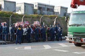 機動隊に強制排除され、工事車両の進入に抗議する市民ら=11日、名護市の米軍ャンプ・シュワブ工事車両用ゲート前