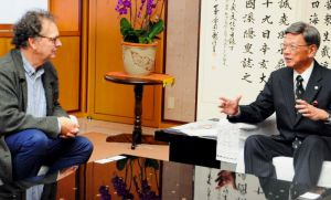 IUCNのシマール氏(左)へ大浦湾の自然環境保護の重要性を訴える翁長雄志知事=22日、県庁