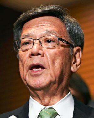 オスプレイ事故で杉田副官房長官に抗議後、記者の質問に答える沖縄県の翁長雄志知事