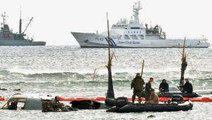 米兵が機体の撤去作業をする中、海上保安庁の巡視船は沖合で停泊したままだった=15日午前11時5分、名護市安部の海岸